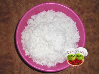 отваренный рис в миске