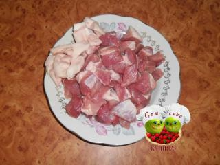 мясо кусочками на тарелке