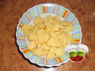 картофель нарезанный кубикам в тарелке