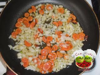 морковь и лук обжаренные на сковороде