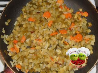 соленые огурцы обжаренные с морковью и луком на сковороде