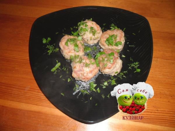 тефтели на тарелке зеленью