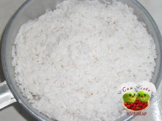 вареный рис в дуршлаге