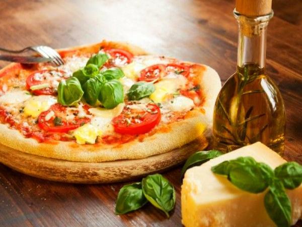 пицца на столе масло оливковое сыр