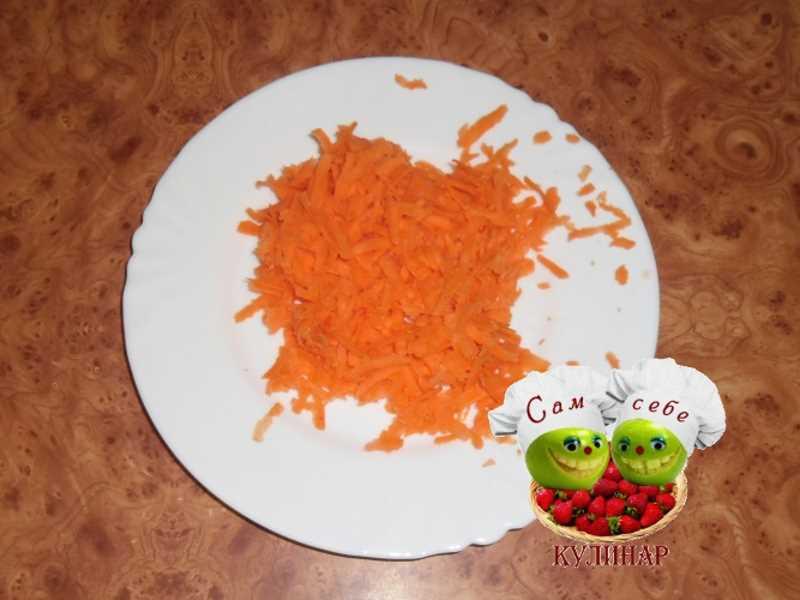 натертая морковь на тарелке