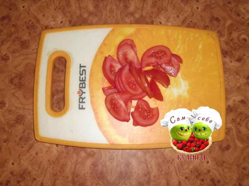 нарезанный помидор на доске