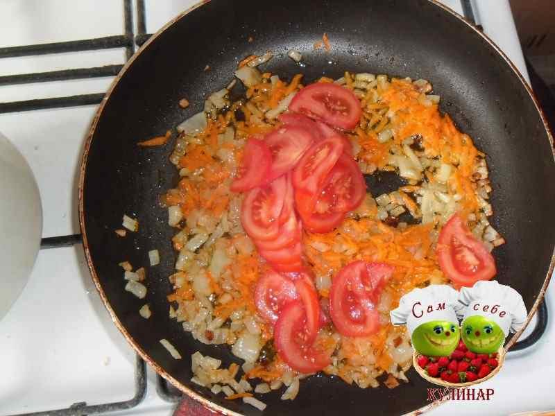 нарезанный помидор на сковороде с морковью и луком