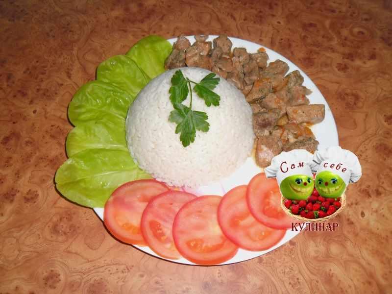гуляш с подливкой и рисом помидоры на тарелке рецепт с фото