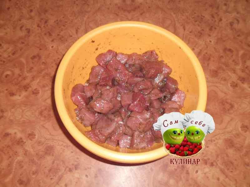 кусочки мяса с перцем и солью в миске