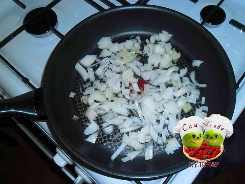 нарезанный лук на сковороде