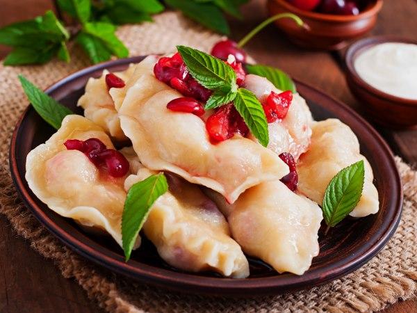 вареники с вишней на тарелке листочки мяты