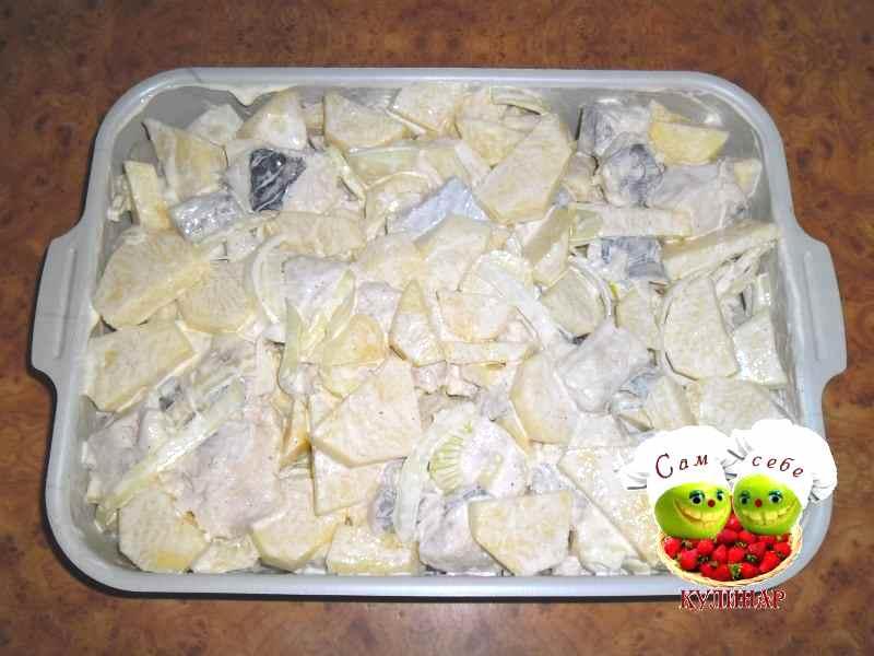 картошка рыба лук перемешанные с майонезом