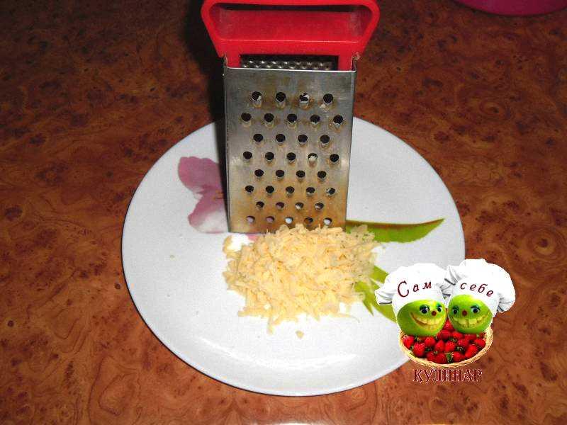 сыр натертый на терке на тарелке