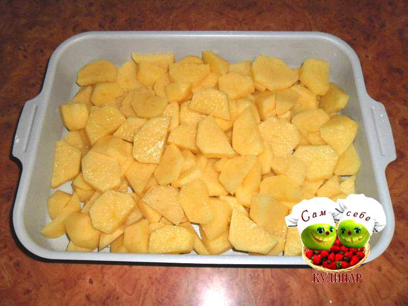 нарезанный картофель в форме для запекания