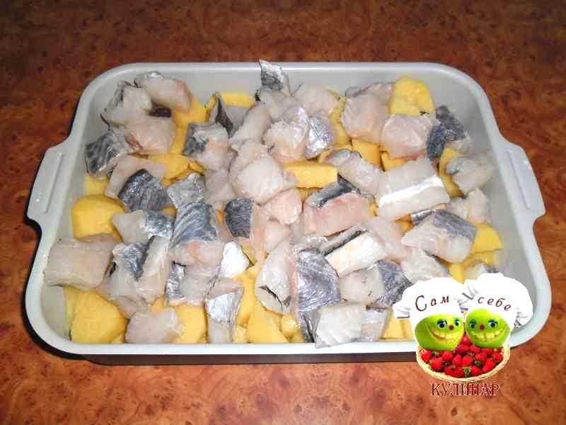 порезанная кубиками рыба выложенная на картошку