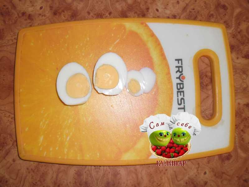 яйца разрезанные пополам на доске