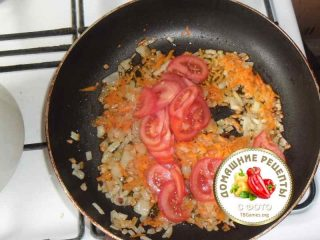 обжарить нарезанные помидоры с луком и морковью