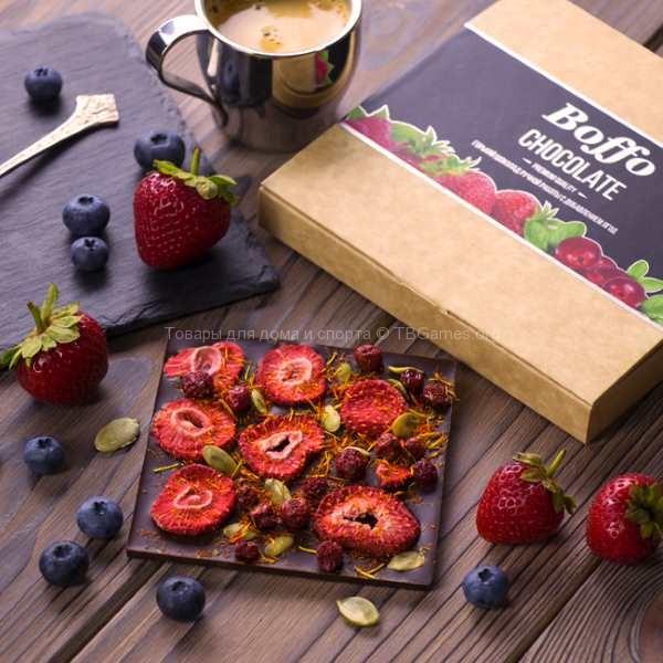 шоколад с ягодами на столе