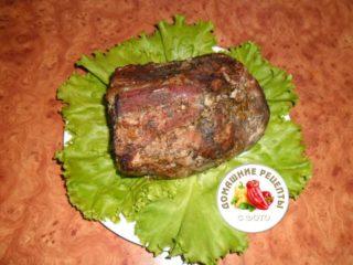 шейка свиная запеченная целым куском на тарелке с салатом