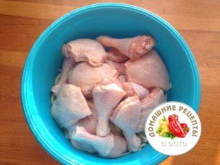 куриные голени и бедра в миске