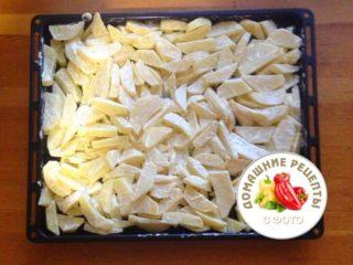 картофель нарезанный на противне