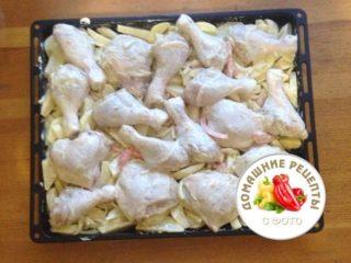 куриные голени и бедра на картошке сырые