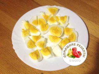 яйца нарезанные на тарелке