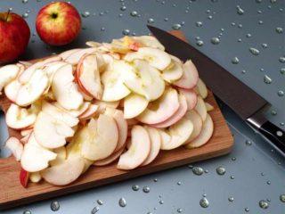 яблоки нарезать дольками