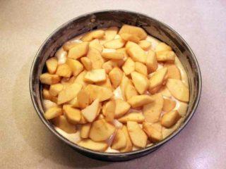 выложить яблоки на тесто - шарлотка рецепт