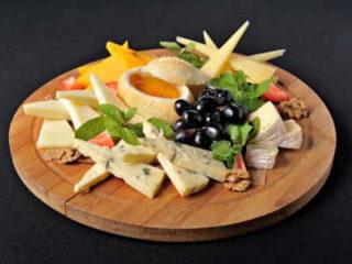 Как упаковывается сыр в пленку и как подается к столу.