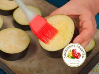 смазываем баклажан оливковым маслом